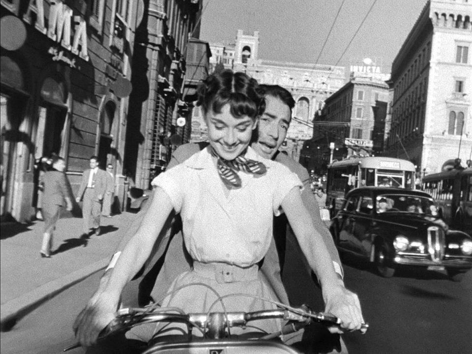 Foto di Audrey Hepburn e Gregory Peck, esempi di abbigliamento anni'50