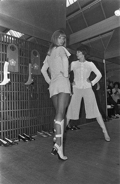 Mary Quant mostra i suoi stivali estivi durante una sfilata a Utrecht - 1969