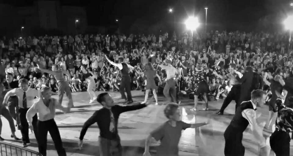 Foto di ballerini che ballano la Big Apple Routine